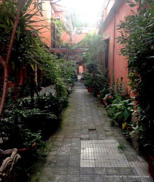 hidden courtyard via degli orti d'alimbert trastevere roma