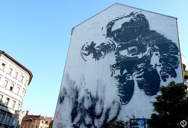 Victor Ash astronaut street art in berlin
